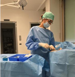 Enfermero colocando PICC-port. Fuente: Glória Ortiz